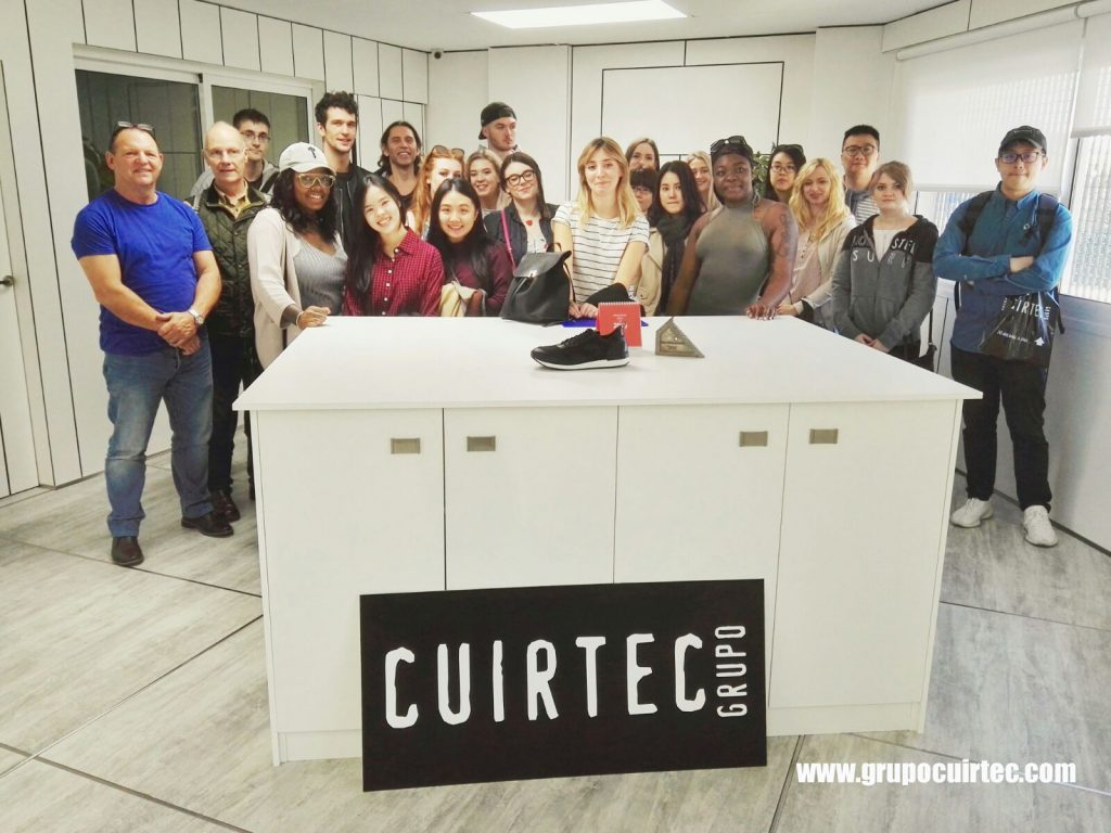 Alumnos y profesores de diseño de calzado de De Montfort University en Leicester, Reino Unido